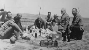 """زيارة لأعضاء هيئة """"الكيرن كييمت"""" يوسف فايتس، افراهام هرتسفيلد وأفراهام غرانوت، للنقب عام 1942."""