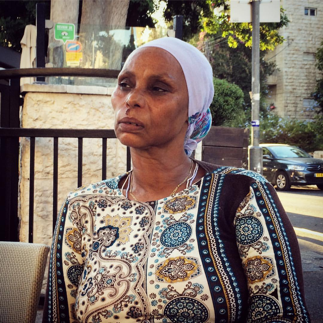 אמו של אברה מנגיסטו, אגרנש, לפני ההפגנה לציון שנתיים לשביו מול בית ראש הממשלה, 11.09.16. צילום: תמי ריקליס