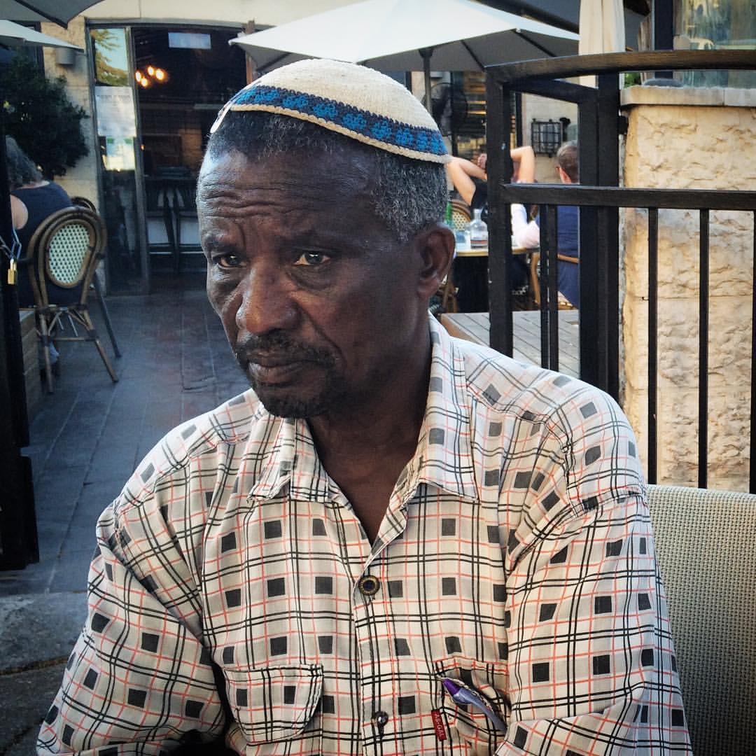 אביו של אברה מנגיסטו, איילין, לפני עצרת המחאה לציון שנתיים לשביו מול בית ראש הממשלה, 11.09.16. צילום: תמי ריקליס