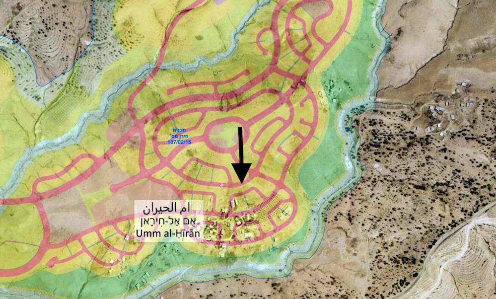 מפת האזור - באדום תוכנית המתאר של חירן, החץ מצביע על הבתים אותם היא דורסת. מקור: במקום