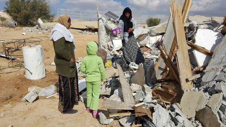 הריסות בכפר אום אל-חיראן, 22.01.17. צילום: תמי ריקליס ויונית נעמן, cc by-nc-sa
