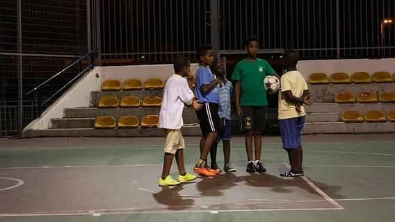 ילדים משחקים במגרש הכדורסל ליד בית דני, שכונת התקווה. צילום: נעמה שטרן קליין