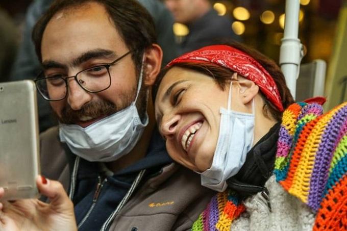 האקדמאים נוּריֶה גוּלמֶן וסֵמיח אוֹזָקְצָ'ה השובתים רעב בטורקיה מעל 310 יום. צילום:   Murat Bay