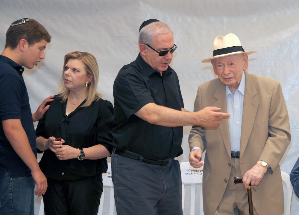בנימין ובנציון נתניהו בטקס לציון 35 שנה למבצע אנטבה בהר הרצל, 2011. צילום: לע״מ