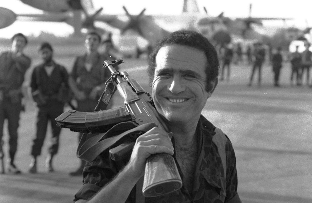"""יהורם גאון כיוני נתניהו בסרט """"מבצע יונתן"""", 1976. צילום: לע״מ"""