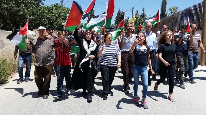 עאהד תמימי (מימין) בהפגנה בנבי סאלח, 2017. צילום: שרית מיכאלי