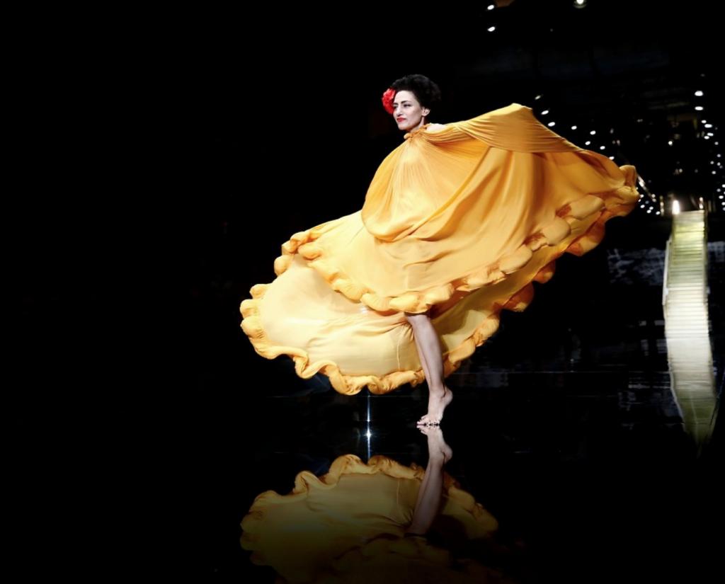 רונית אלקבץ בשמלה בעיצובו של אלבר אלבז בשבוע האופנה גינדי 2015 (צילום: גיל חיון), מתוך אתר התערוכה