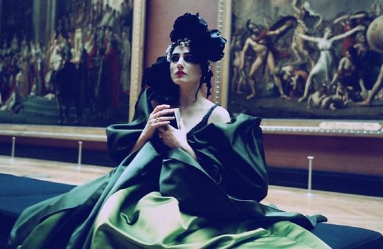 """אלקבץ בשמלת קוטור של כריסטיאן לקרואה, מתוך """"ציון"""" של האמן ז׳וזף דדון, 2006"""