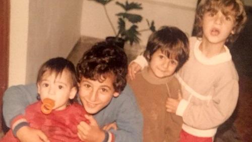 אבי בוסקילה (שני משמאל) ואחיו בילדותם במושב משמר העמק, צילום: אלבום המשפחה