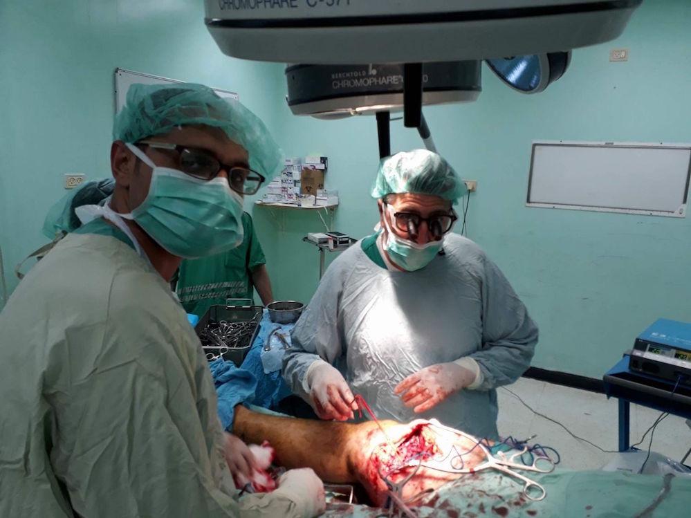 """רופאי משלחת רל""""א מנתחים בבית החולים האירופאי בח'אן יונס. צילום: באדיבות רל״א"""