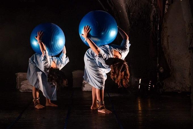 """מתוך ההצגה """"יולדות"""" בבימויה של חנה וזאנה גרינוולד. צילום: דוד קפלן"""