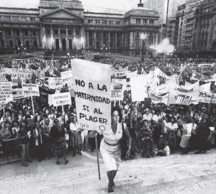 הפעילה הפמיניסטית מריה אלנה אודון עולה במדרגות הקונגרס בבואנוס איירס, ביום האשה הבינ״ל, 8 במרץ 1984. על השלט שהיא אוחזת כתוב: ״לא לאמהות, כן לעונג״