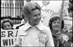 פיליס שלאפלי, מתנגדת לפמיניזם, בהפגנה נגד התיקון לשוויון זכויות 4.2.1977