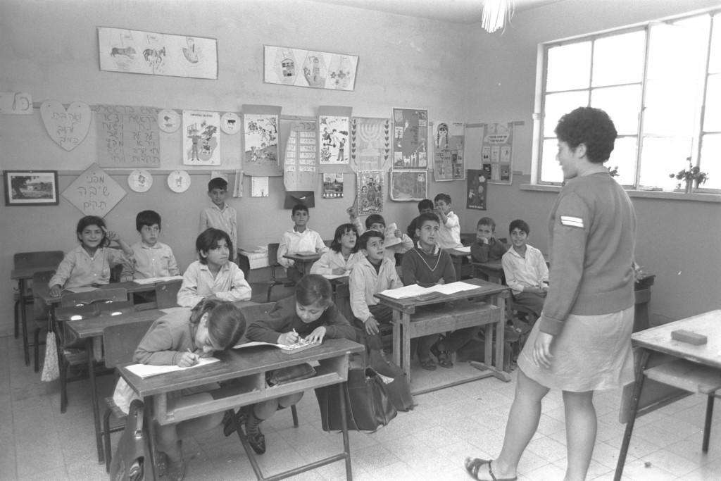 """מורה חיילת בכיתה במושב דובב, 1970. צילום: לע""""מ"""