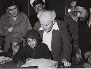 """ראש הממשלה בן גוריון מבקר במעברת פרדיה, 1950. צילום: לע""""מ"""
