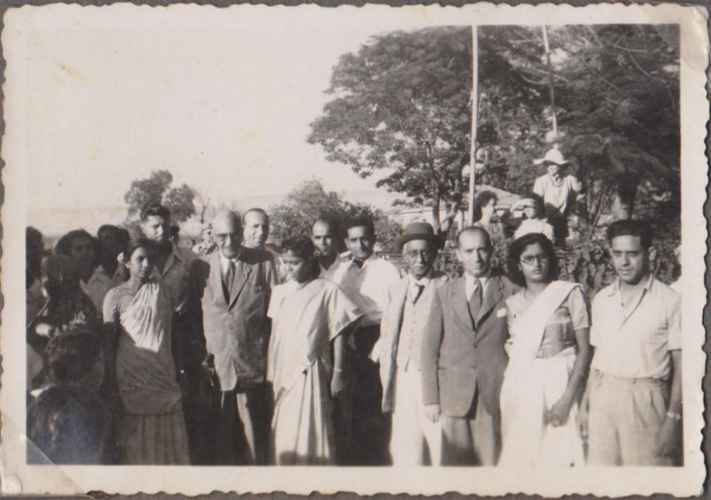 הדיווקרים בזמן ההפגנות עם ד''ר עמנואל ... וזס ראג'פורקר בזמן המחאה בארץ, 1952. צילום: מהארכיון הפרטי של אליעז דנדקר