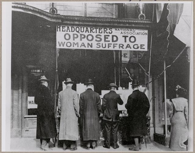 עוברי אורח נעצרים ליד המטה של National Association Opposed to Woman Suffrage. צילום: The U.S. National Archives