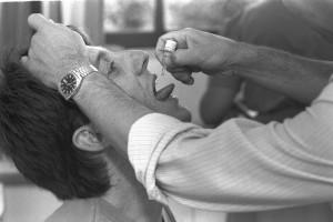 """צעיר מקבל חיסון פוליו באונ' בירושלים, 1988. צילום: אילון מגי, לע""""מ"""
