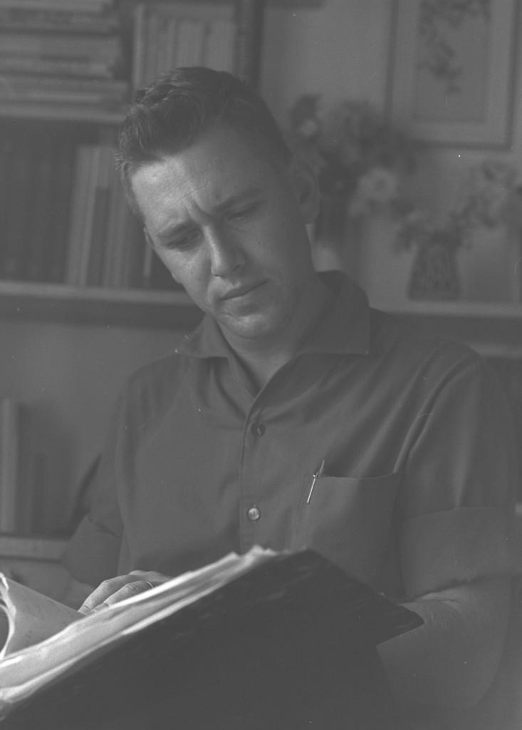"""עמוס עוז בחולדה, 1965. צילום: משה פרידן / לע""""מ"""