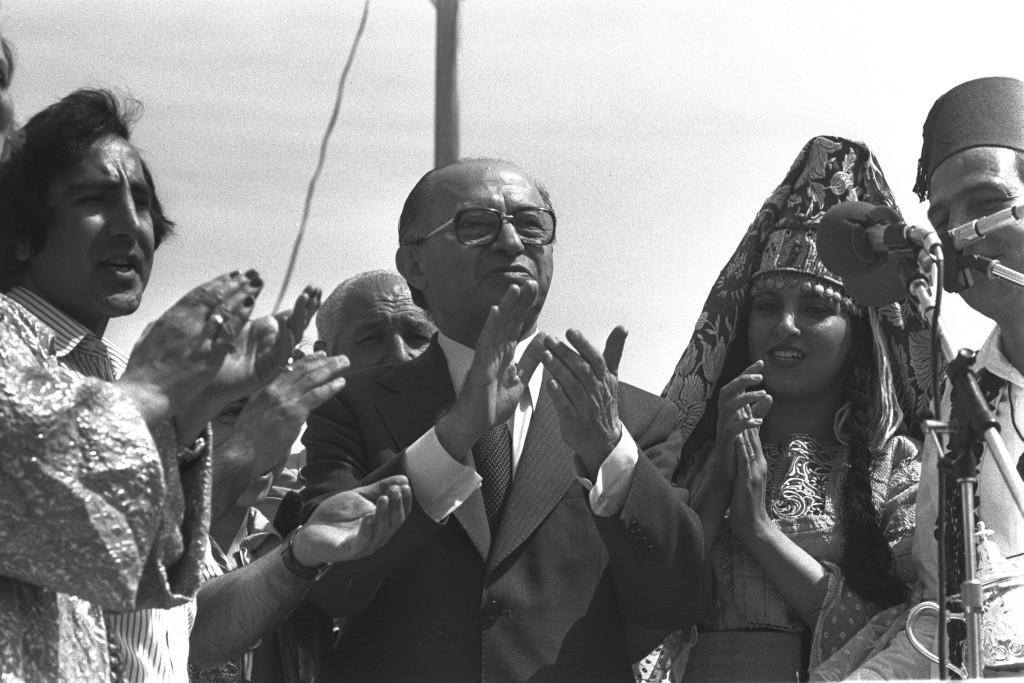 מנחם בגין בחגיגות המימונה בירושלים, 19.4.1979. צילום: HERMAN CHANANIA, Government Press Office, CC BY-SA